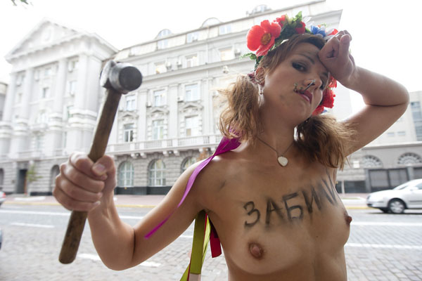 Catch the spirit: Ukraine's topless protests-CNN (4/4)