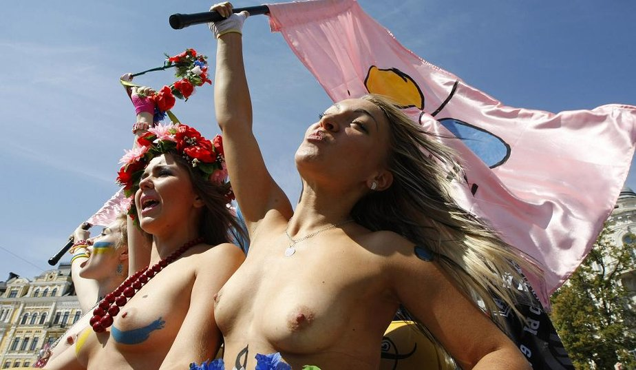 Catch the spirit: Ukraine's topless protests-CNN (3/4)